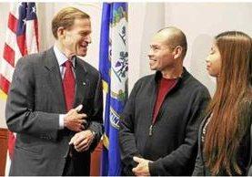 El senador Richard Blumenthal conversa con Luis Barrios y su hija Jessica. (Foto Prensa Libre: Tomado de New Haven Reporter)