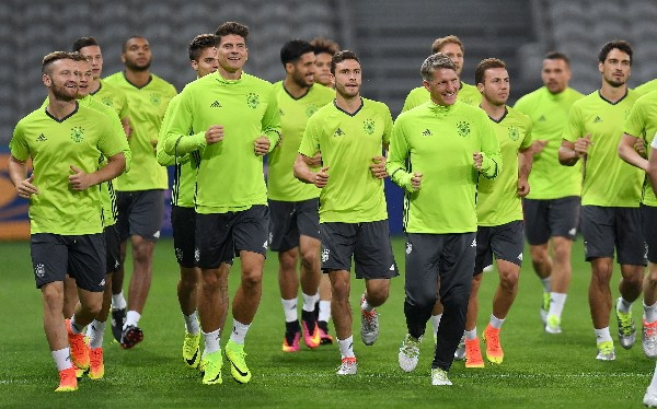 Los jugadores alemanes durante el entrenamiento en Lille. (Foto Prensa Libre: AFP)