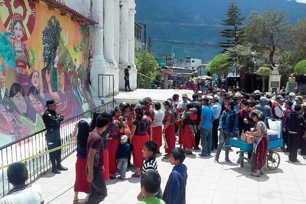 Autoridades acordonan  área donde niños localizaron un artefacto explosivo en Nebaj, Quiché. (Foto Prensa Libre: Óscar Figueroa)