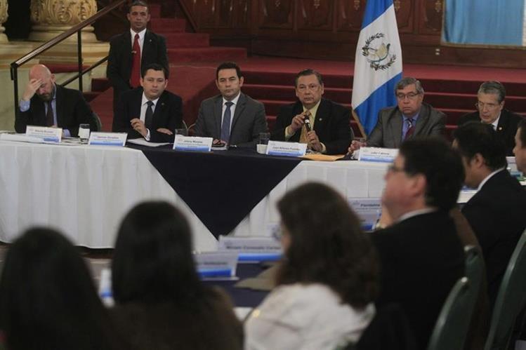 El binomio del FCN-Nación participó en la reunión de gabinete de seguridad alimentaria que dirigió el vicepresidente Fuentes Soria. (Foto Prensa Libre: Edwin Bercian)
