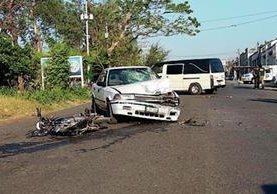 Una persona murió en un accidente de tránsito en la cabecera de Escuintla, cuando una motocicleta chocó con un taxi. (Foto Prensa Libre: Carlos Paredes)