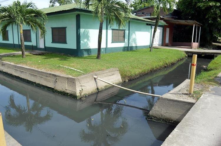 En Puerto Barrios, Izabal, se carece de sistema de drenajes y las aguas servidas del pueblo corren hacia el mar a través de quineles.(Foto Prensa Libre: Dony Stewart)