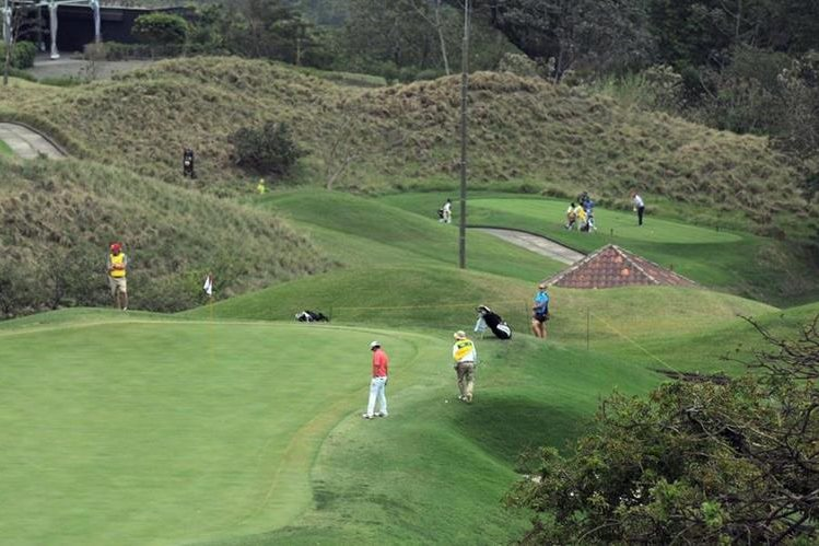 Los golfistas no pudieron completar la segunda ronda por las fuertes condiciones del viento. (Foto Prensa Libre: Carlos Vicente)