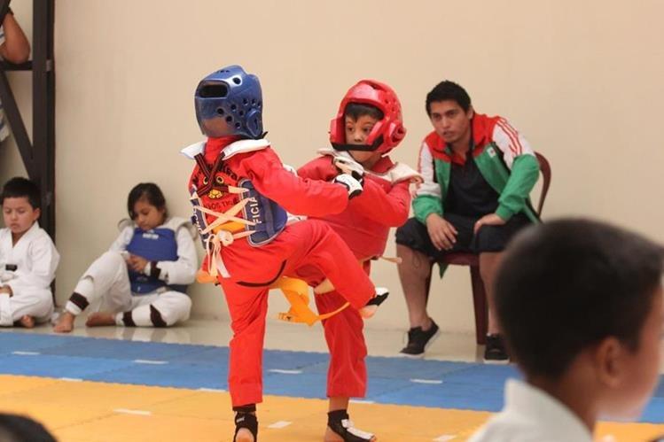 Niños participan en la competencia de taekuondo. (Foto Prensa Libre: Raúl Juárez)