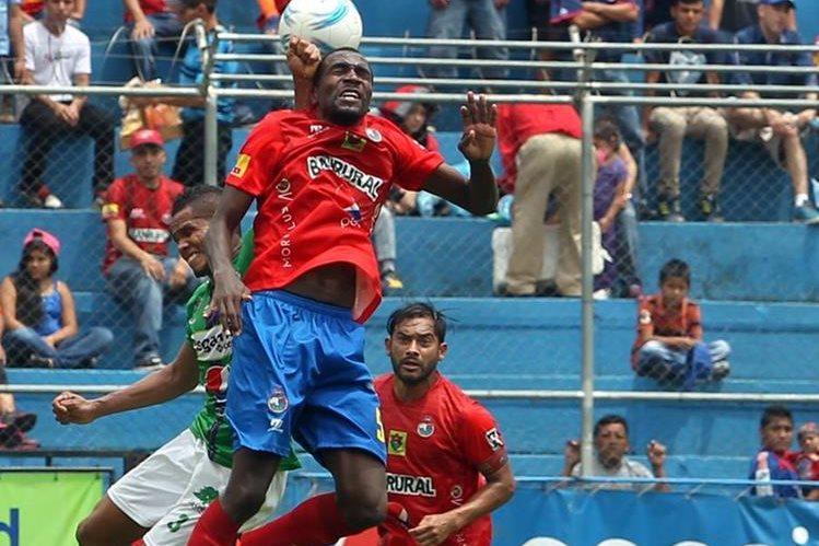 El defensa rojo Denniss López figura en la lista de Claverí. (Foto Prensa Libre: Hemeroteca PL)