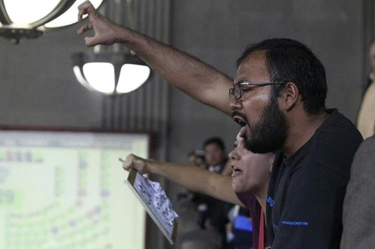 Otro grupo rechaza los argumentos de algunos legisladores sobre el razonamiento de su voto. (Foto Prensa Libre: Carlos Hernández Ovalle)