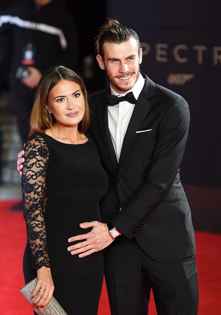 El futbolista galés del Real Madrid, Gareth Bale presumía de la barriga de su compañera Emma Rhys-Jones, quién dará a luz en 2016. (Foto Prensa Libre: EFE)
