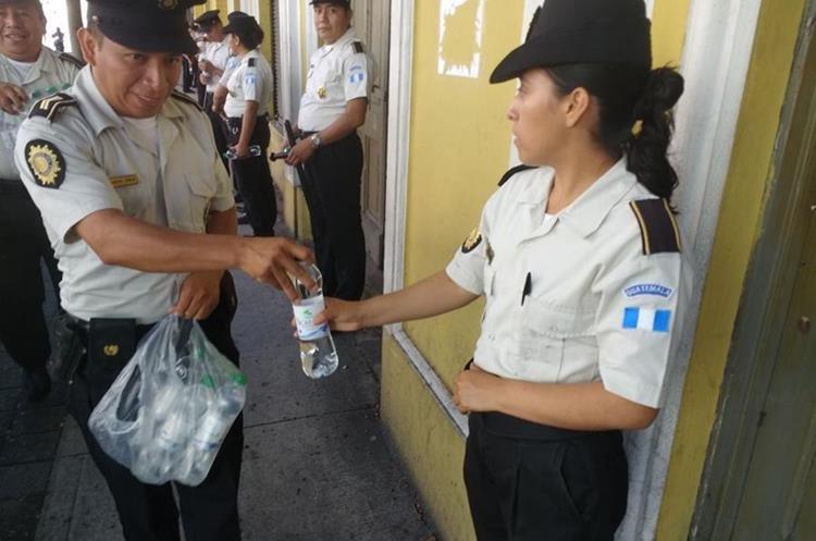 El apoyo y solidaridad también se ha visto entre los mismos agentes y encargados de brindar seguridad a la población.
