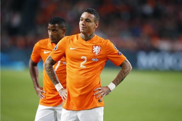 Gregory van der Wiel muestra su tristeza, tras el resultado. (Foto Prensa Libre: EFE)