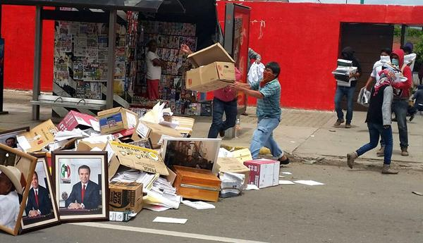 Encapuchados saquean una de las oficinas del PRI. (Foto Prensa Libre: EFE)