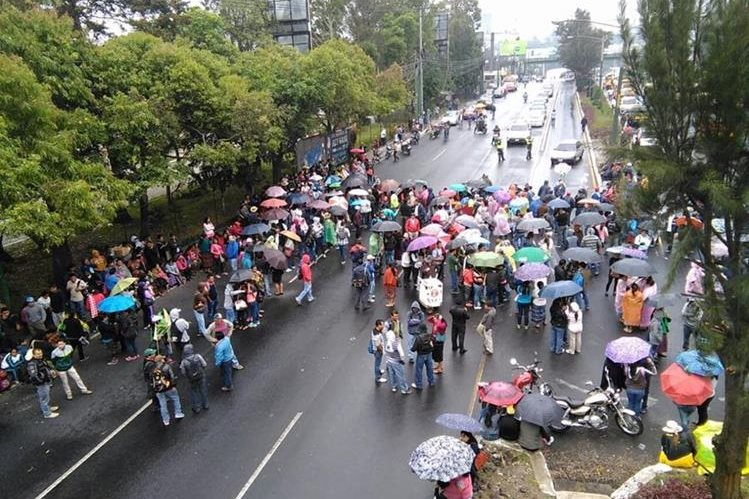 Un grupo de salubristas bloquea la calzada Roosevelt, a la altura del Molino de las Flores, Mixco. (Foto Prensa Libre: Estuardo Paredes)
