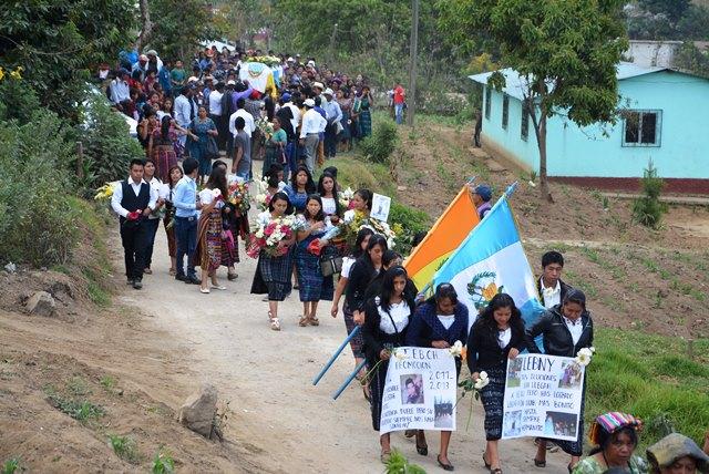 Estudiantes de Santa Lucía Utatlán, Sololá, acompañan el féretro con los restos de Lebni Agustín Yax Yaxón. (Foto Prensa Libre: Édgar René Sáenz)