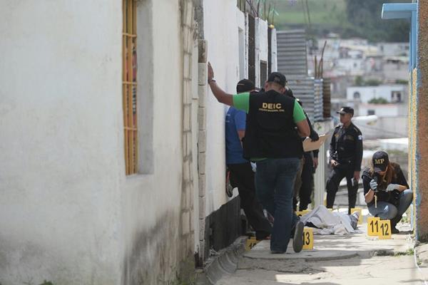 El cuerpo de la fémina quedó tendido en un callejón que conduce hacia la granja Gutiérrez. (Foto Prensa Libre: CBV)