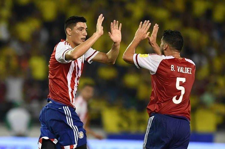 Óscar Cardozo anotó uno de los goles de los guaraníes contra Colombia, el cuadro paraguayo podría quedarse con el pase al mundial el próximo martes. (Foto Prensa Libre: AFP)