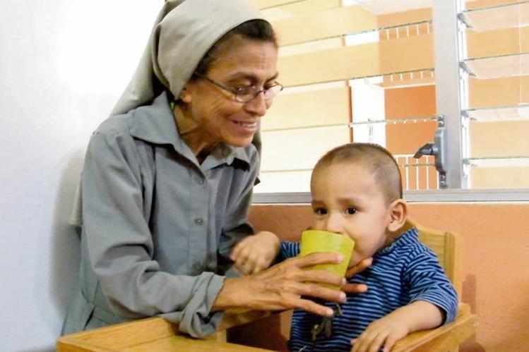 Edna Maribel Morales alimenta a uno de los 13 niños que se encuentra bajo tratamiento en la Casa de Recuperación Nutricional Infantil. (Foto Prensa Libre: Héctor Contreras)