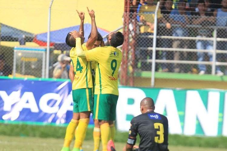 Los jugadores de Guastatoya festejan luego de una de las anotaciones. (Foto Prensa Libre: Carlos Vicente)