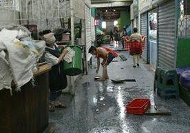 Inquilinos cierran locales para poder limpiar.