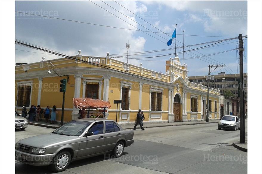Así luce en la actualidad la casa que albergó a la Lotería Nacional, en la 10a. avenida y 9a. calle de la zona 1. (Foto: Hemeroteca PL)