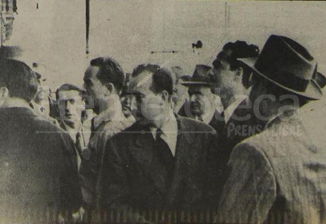 El triunvirato militar conformado por Jacobo Árbenz, Jorge Toriello y Francisco Javier Arana esperan la salida de Ponce Vaides del Palacio Nacional el 20 de octubre de  1944. (Foto: Hemeroteca PL)