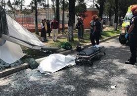 Una mujer perdió la vida en el incidente registrado en bulevar Vista Hermosa, zona 15. (Foto Prensa Libre: Amilcar Montejo)