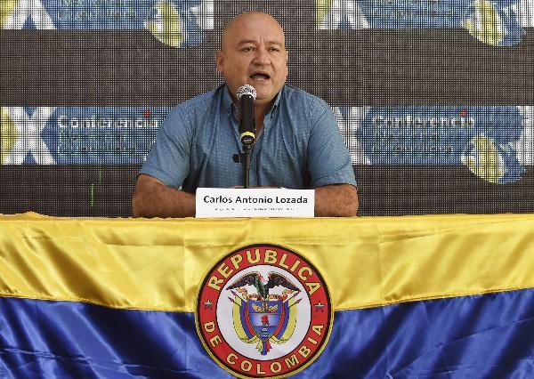 Carlos Antonio Lozada habla con la prensa en el departamento de Caquetá, Colombia. (AFP)