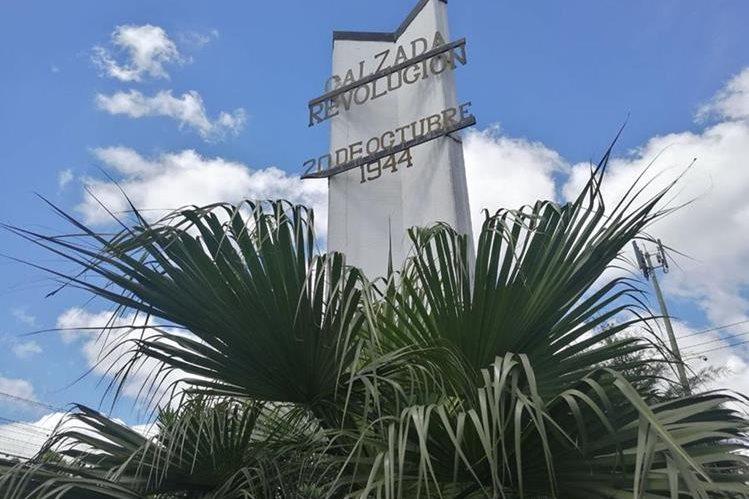 El monumento a la revolución de la Calzada San Juan, en Mixco, pasa desapercibido durante el aniversario de ese acontecimiento. (Foto Prensa Libre: César Pérez)