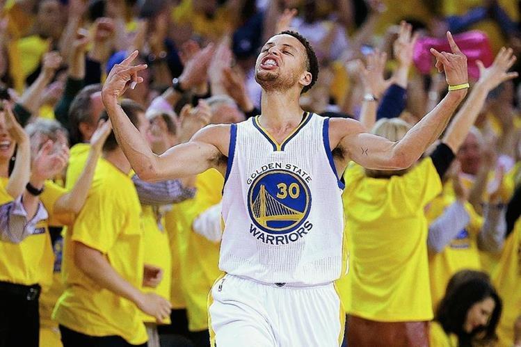 Stephen Curry es el jugador que más camisetas ha vendido. (Foto Prensa Libre: AP).