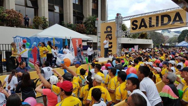 Decenas de familias participan en la actividad del Organismo Judicial. (Foto Prensa Libre: OJ)