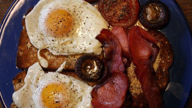 Este desayuno probablemente tiene más de 600 calorías. (BBC Mundo)