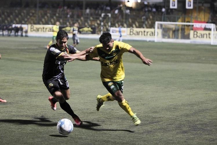 Acción durante el partido en el estadio Julio Armando Cóbar. (Foto Prensa Libre: Norvin Mendoza)