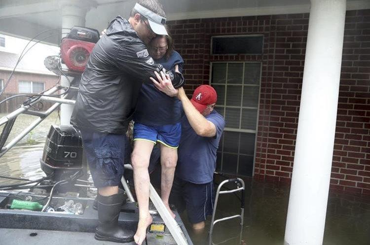 Un grupo de personas son rescatadas tras quedar atrapadas por las inundaciones por el huracán Harvey.(AP).