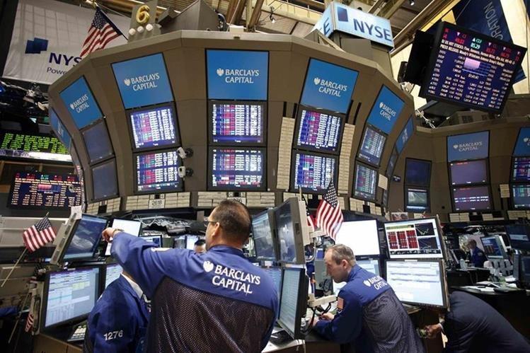 Corredores observan datos en la Bolsa de Nueva York, que sigue sorprendiendo. (Foto Hemeroteca PL)
