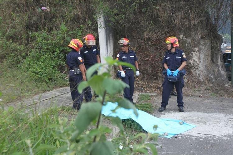 El cuerpo estaba envuelto en sábanas, a la orilla de la ruta a El Salvador. (Foto Prensa Libre: Érick Ávila)