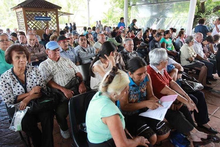 Jubilados esperan atención en clínicas del Camip. (Foto Prensa Libre: Hemeroteca PL)