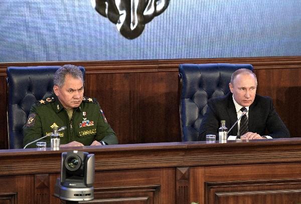 Vladímir Putin, junto al ministro de Defensa, Serguéi Shoigu (i), asiste a una reunión en Moscú, Rusia. (EFE).