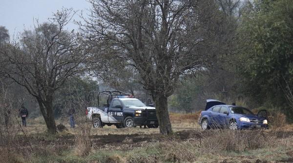 Agentes municipales resguardan la zona donde fueron localizados los restos humanos.