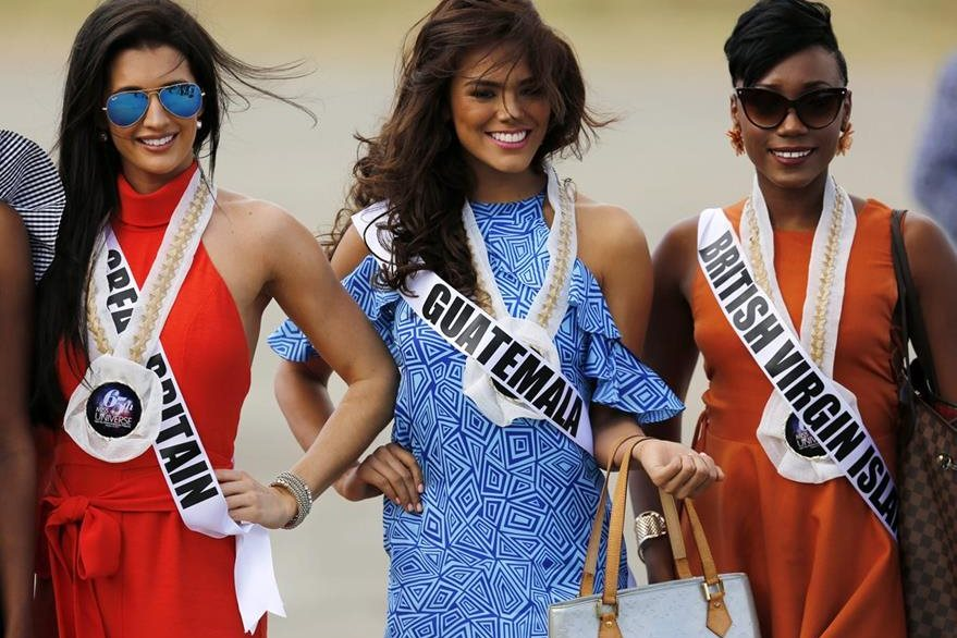 Virginia Argueta al momento de compartir con otras competidoras de Miss Universo. (Foto Prensa Libre. EFE)