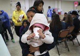 Inmigrantes latinos reciben comida en un albergue en Texas, EE. UU. (Foto Prensa Libre: AFP).
