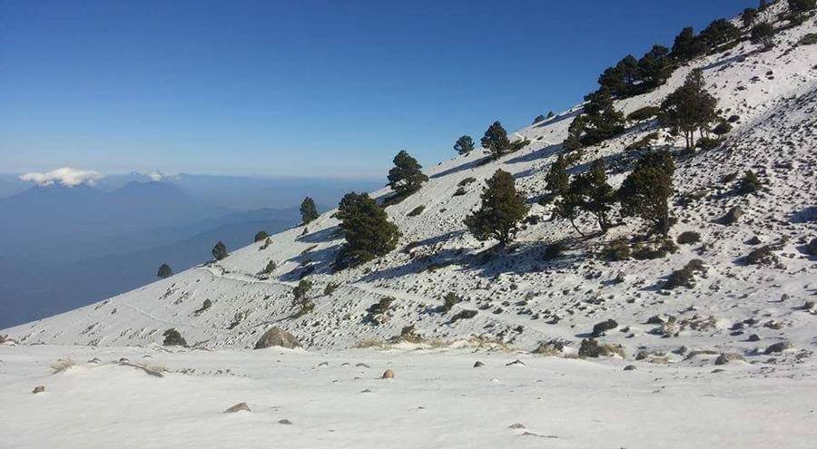 La nieve en los volcanes Acatenango y Fuego ha llamado la atención de los turistas.