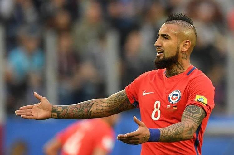 El delantero chileno Arturo Vidal reclama una acción de Alemania.