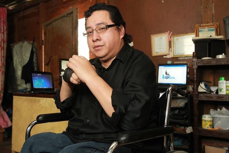 Byron Pernilla quedó tetrapléjico por un accidente. Hoy es webmaster y community manager. Foto Prensa Libre: Estuardo Paredes.