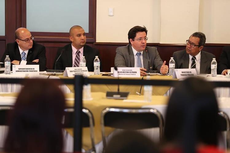 Ministro de Finanzas, Julio Héctor Estrada, junto al Superintendente de la SAT, Francisco Solórzano Foppa, explicaron el proyecto de Presupuesto a los integrantes de la Comisión de Finanzas del Congreso. (Foto Prensa Libre: Hemeroteca)
