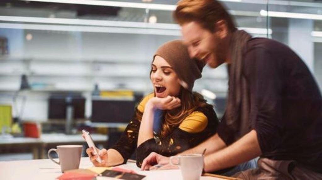 """Los """"esposos de oficina"""" comparten el sentido del humor y gozan de altos niveles de confianza y apoyo. ISTOCK"""