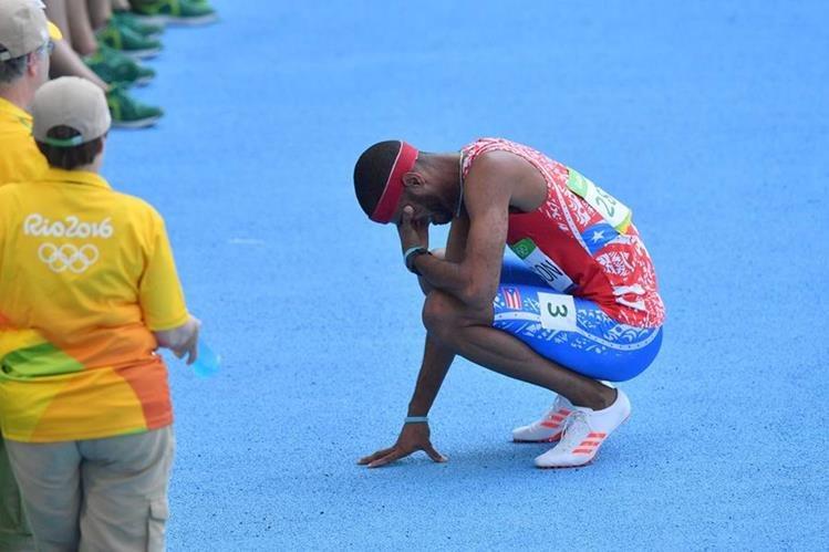 Javier Culson llora tras la eliminación de la final de los 400 metros vallas. (Foto Prensa Libre: AFP).