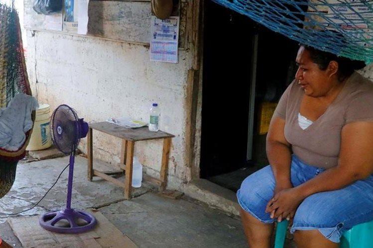 Una de las hijas de Rosa Marroquín lamente el deceso. El cadáver permanece en una hamaca. (Foto Prensa Libre: Rolando Miranda).