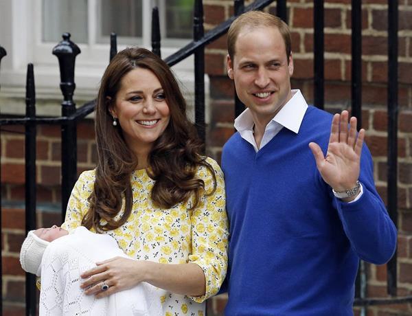 El príncipe Guillermo y su esposa Catalina junto a su hija recién nacida. (Fot o Prensa LIbre: AP)