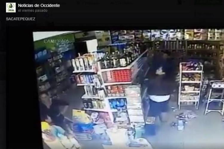 Momento en que ocurre el robo en Sacatepéquez. (Foto Prensa Libre: Tomada de la página de Facebook de Noticias de Occidente).
