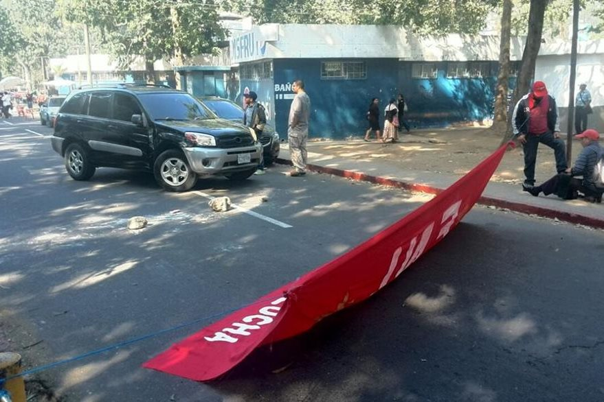 El plantón bloquea el ingreso al ministerio de Salud. (Foto Prensa Libre: Estuardo Paredes)
