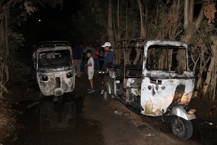 Así quedaron los dos mototaxis quemados en Jocotenango. (Foto Prensa Libre: Renato Melgar).