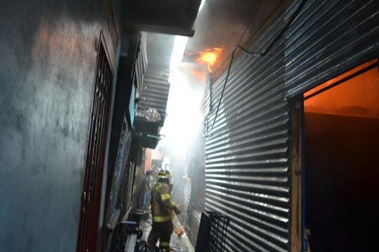 El incendio ocurrido en el mercado de La Terminal afectó a 15 locales. (Foto Prensa Libre: Cortesía Bomberos Voluntarios)